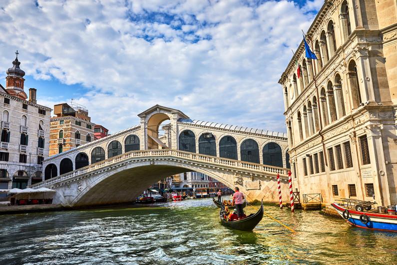 Rialto bridge on the Grand canal 00747