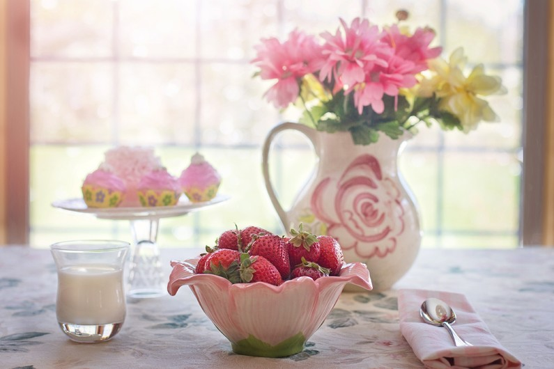 Strawberries in bowl 00675