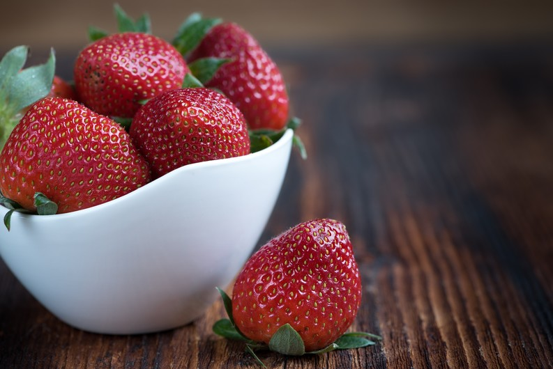 Strawberry in a vase 00672